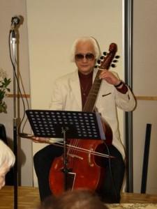 ポラーノヴィオラダガンバを奏でる佐藤氏