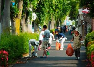 野猿街道を清掃する皆さん