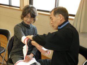 手の止血 三角巾で止血の訓練